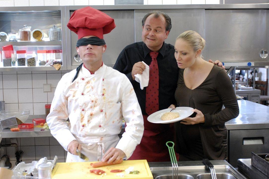 Markus (Markus Majowski, M.) und Janine (Janine Kunze, r.) beobachten gespannt, wie Mathias (Mathias Schlung, l.) versucht, seine Gerichte blind zu... - Bildquelle: Sat.1