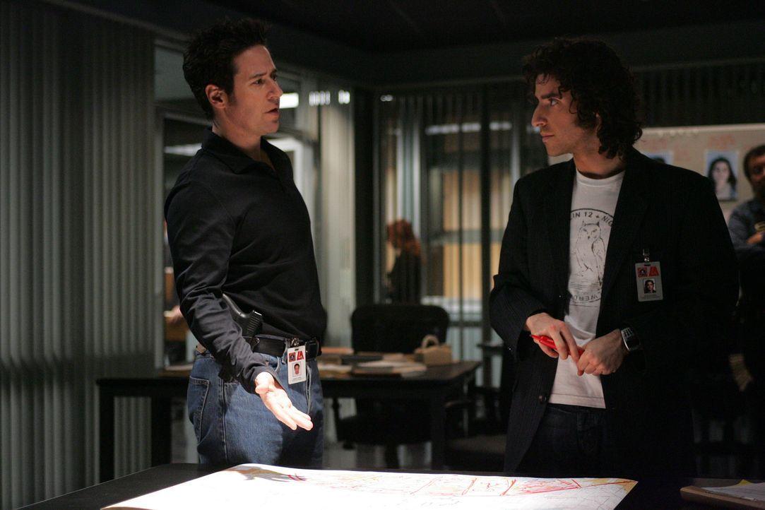 Don (Rob Morrow, l.) und Charlie geraten aneinander, da Charlie (David Krumholtz, r.) glaubt, dass Samuel Kraft, der ihnen bei dem neuen Fall behilf... - Bildquelle: Paramount Network Television