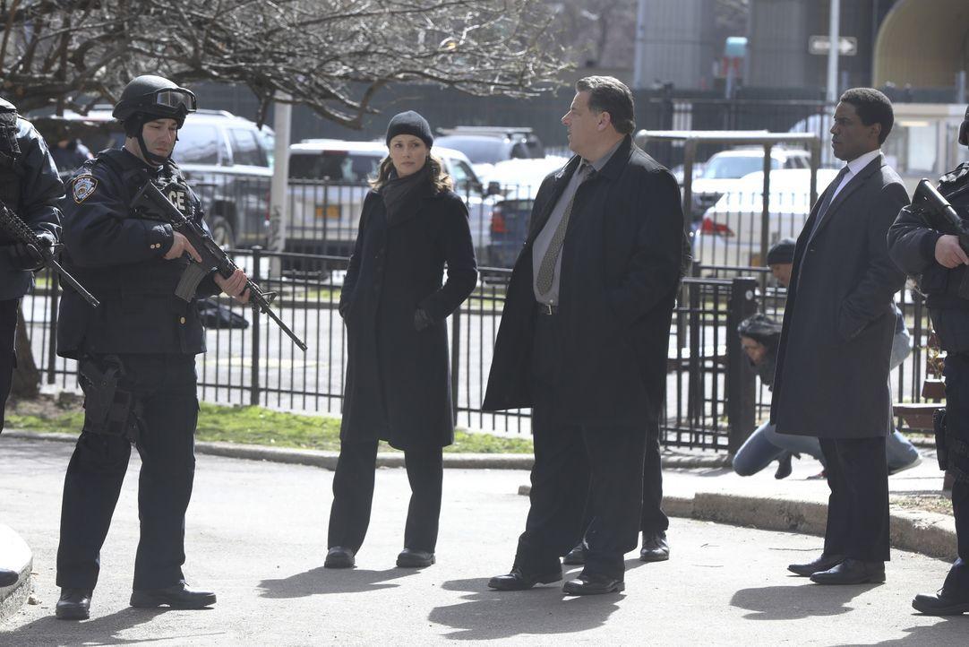 Der Fall hat es in sich. Erin (Bridget Moynahan, 2.v.l.), Danny Reagan (Donnie Wahlberg, l.) und Anthony Abetemarco (Steve Schirripa, 2.v.r) setzen... - Bildquelle: 2017 CBS Broadcasting, Inc. All Rights Reserved