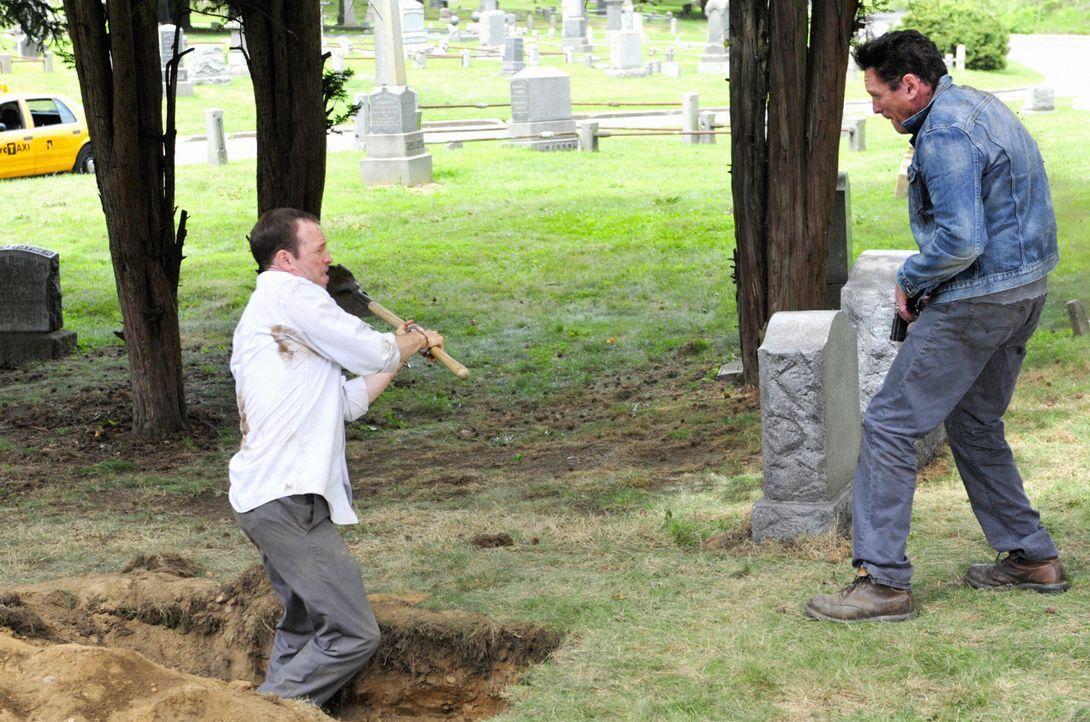 Schafft es Danny (Donnie Wahlberg, l.) den Schwerverbrecher Benjamin (Michael Madsen, r.) zu überwältigen, nachdem dieser auf Rache aus ist? - Bildquelle: John Paul Filo 2012 CBS Broadcasting Inc. All Rights Reserved.