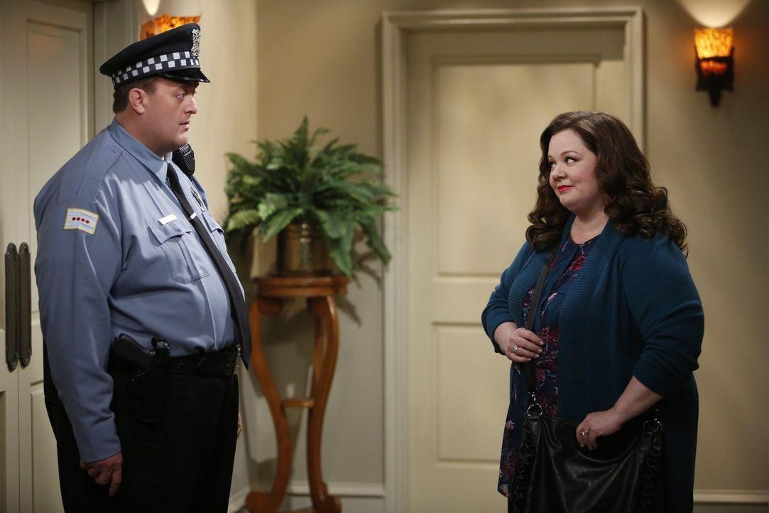 Ob sie sich wieder versöhnen werden? Mike (Billy Gardell, l.) und Molly (Melissa McCarthy, r.) befinden sich in einer angespannten Situation ... - Bildquelle: Warner Brothers