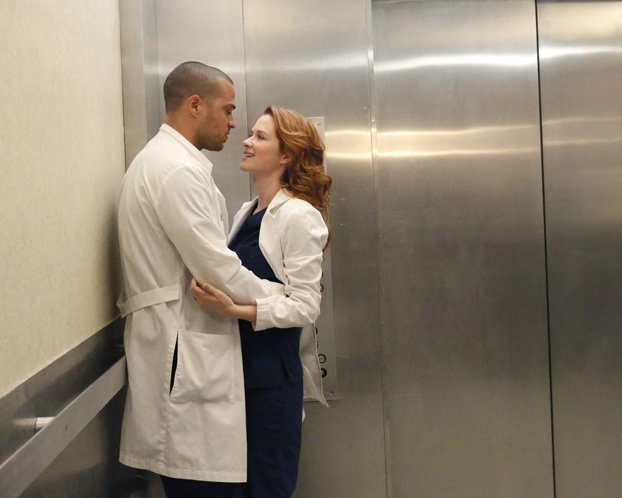 Eine Grippewelle erwischt das Krankenhaus und die Ärzte Jackson (Jesse Williams, l.) und April (Sarah Drew, r.) versuchen alles, damit sie dem Virus... - Bildquelle: ABC Studios