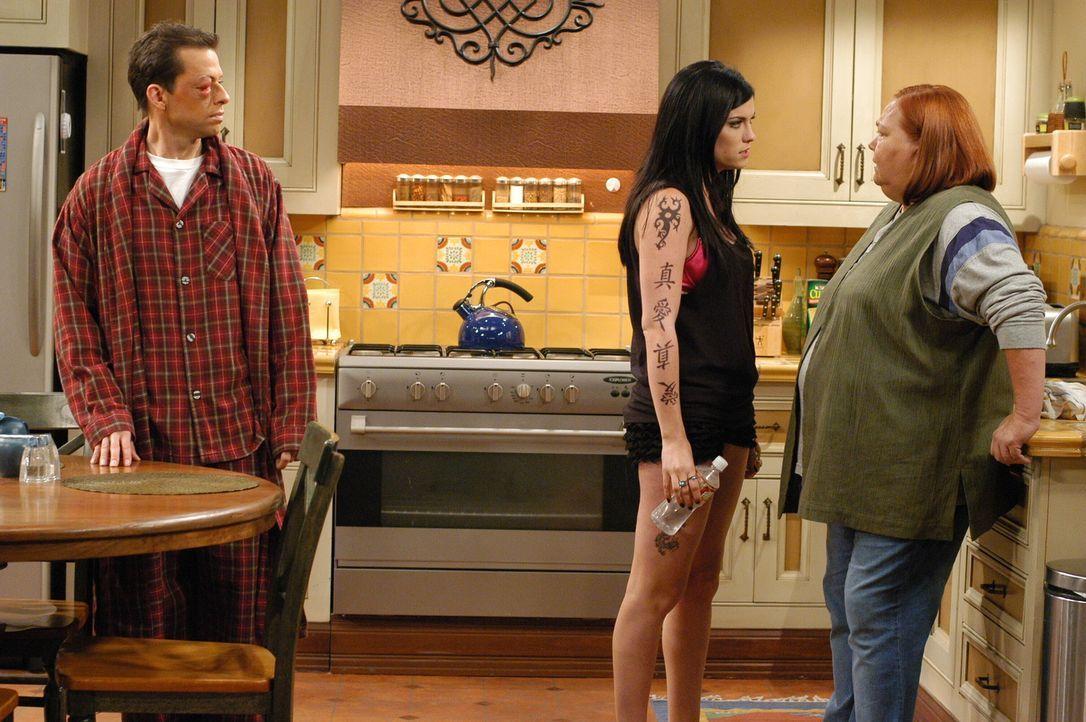 Alan (Jon Cryer, l.) beobachtet wie Isabelle (Jodi Lyn O'Keefe, M.) Berta (Conchata Ferrell, r.) mit ihrer satanistischen Art Angst einjagt ... - Bildquelle: Warner Brothers Entertainment Inc.