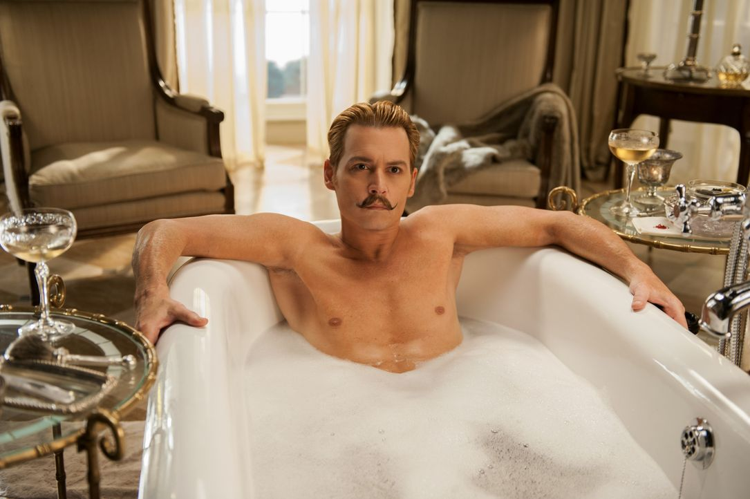 Als Insopector Martland mit einem Auftrag und einer dicken Akte über seine Machenschaften bei Mortdecai (Johnny Depp) auftaucht, bleibt dem Lord nic... - Bildquelle: 2014 LIONS GATE ENTERTAINMENT INC. ALL RIGHTS RESERVED.
