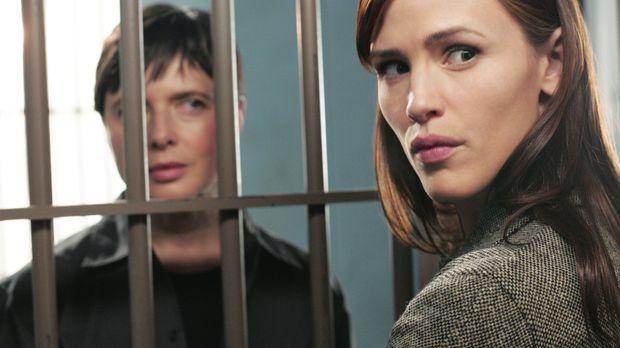 Sydney (Jennifer Garner, r.) besucht ihre Tante Katya (Isabella Rossellini, l...