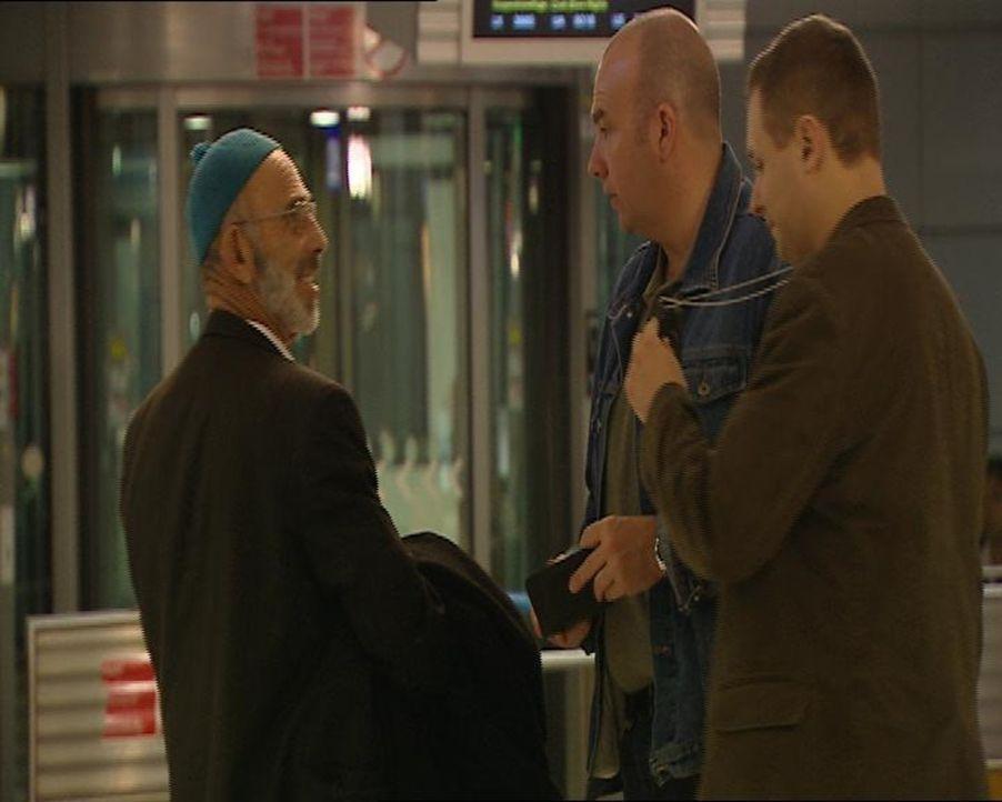 Rademacher und Koch! Aufmachen, Zollkontrolle! Wieder in Aktion: Die  Koffer-Spezialisten vom Frankfurter Airport. Sie haben einen Blick für Reisen... - Bildquelle: SAT.1