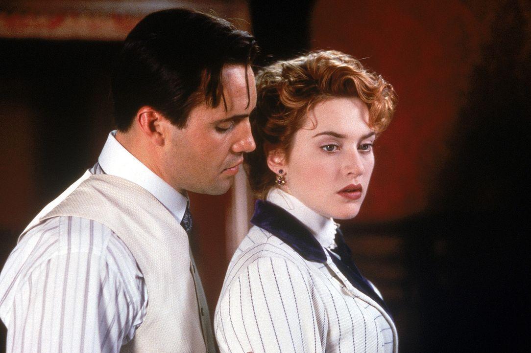 Die 17-jährige Rose DeWitt Bukater (Kate Winslet, r.) soll in Amerika auf Drängen ihrer Mutter eine Zweckehe mit Cal (Billy Zane, l.) eingehen, um... - Bildquelle: 20th Century Fox