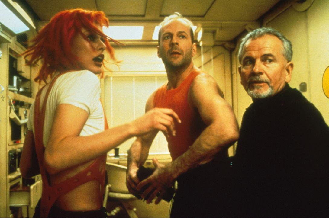 Leeloo (Milla Jovovich, l.), Cornelius (Ian Holm, r.) und Korben (Bruce Willis, M.) sind entschlossen, die vier rettenden Steine in ihren Besitz zu... - Bildquelle: Tobis Filmkunst