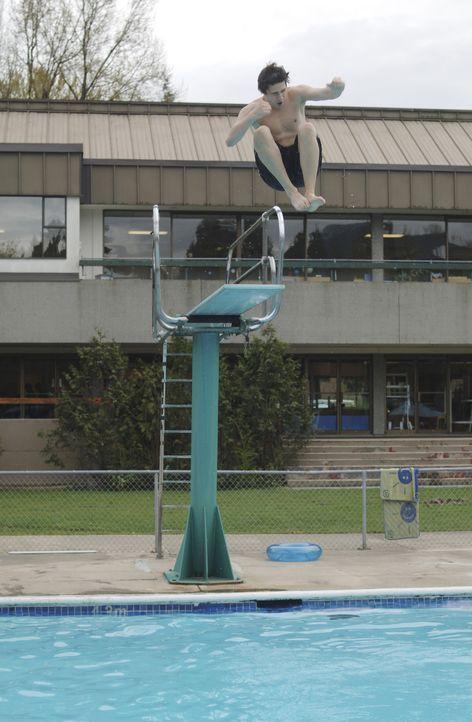 Kyle (Matt Dallas) entdeckt für sich das Element Wasser und nachdem er von Amanda eine kleine Einweisung erhalten hat, kann er plötzlich schwimmen... - Bildquelle: TOUCHSTONE TELEVISION