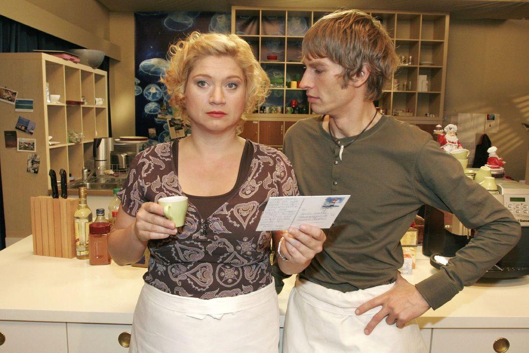 Agnes (Susanne Szell, l.) fühlt sich überrumpelt, als Boris (Matthias Rott, r.) sie zu Weihnachten mit seiner Verwandtschaft im Schwarzwald verplant... - Bildquelle: Noreen Flynn Sat.1