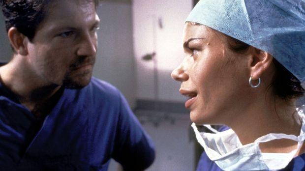 Jens Leyendecker (Francis Fulton-Smith, l.) und die Anästhesistin Barbara Wen...