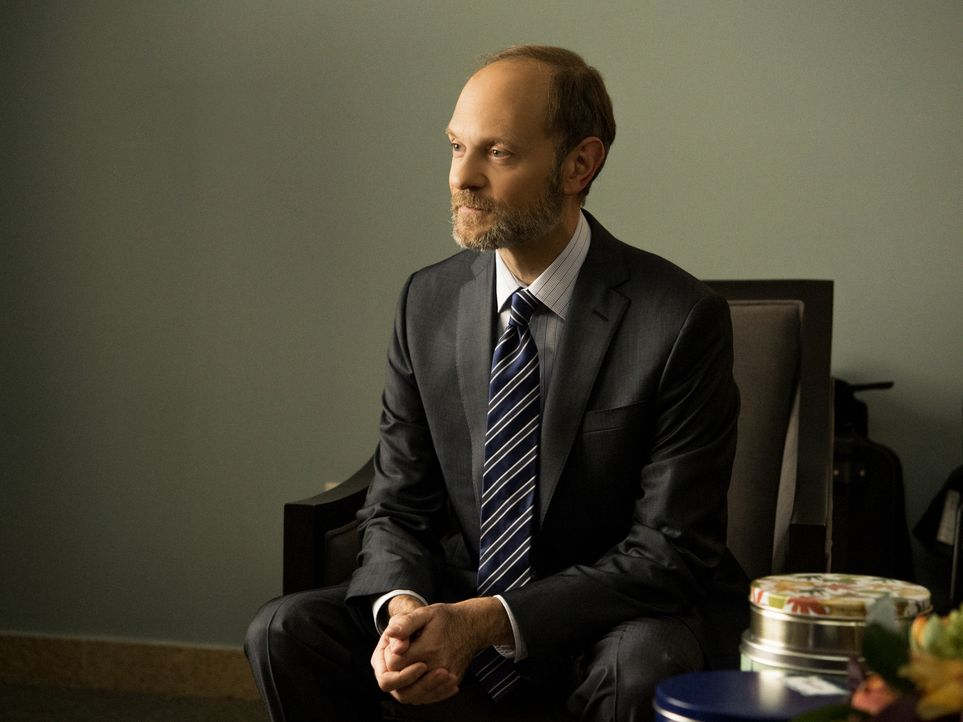 Kandidiert TV-Moderator Frank Prady (David Hyde Pierce) für das Amt des Bezirkanwalts? - Bildquelle: David Giesbrecht 2014 CBS Broadcasting Inc. All Rights Reserved.