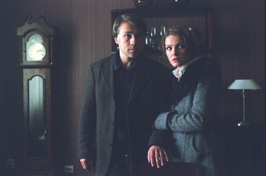 Vater (Christoph Waltz, l.) und Tochter (Caroline Scholze, r.) werden Zeugen der Auseinandersetzung zwischen Anke und Sabine. - Bildquelle: Martin Kurtenbach Sat.1