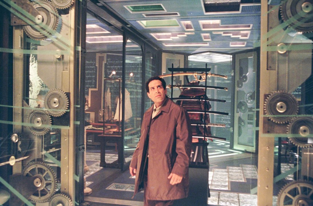 Im eigenem Haus gefangen: Arthur Kriticos (Tony Shalhoub) ... - Bildquelle: 2003 Sony Pictures Television International. All Rights Reserved.