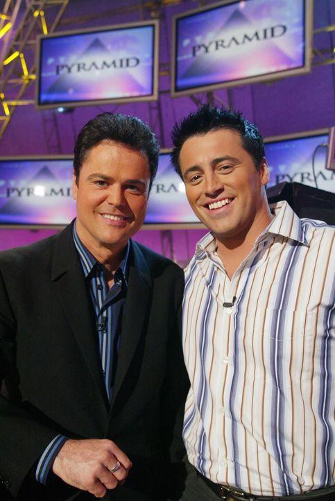 Bei einem Quiz mit Showmaster Donny Osmond (Donny Osmond, l.), kann Joey (Matt LeBlanc, r.) sein Wissen unter Beweis stellen ... - Bildquelle: 2003 Warner Brothers International Television