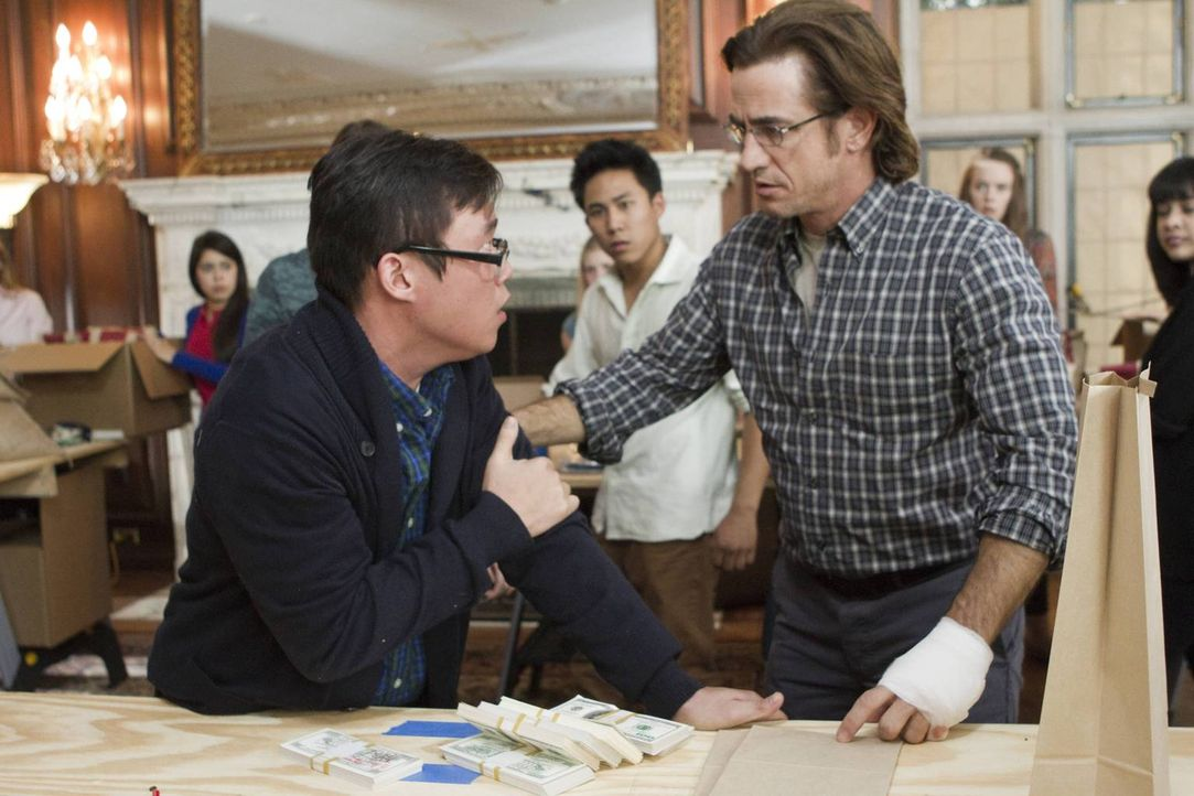Jin Liao (Rammel Chan, l.) wurde von einem Entführer geschlagen, da er sich nicht an die Regeln gehalten hat. Francis Gibson (Dermot Mulroney, r.) i... - Bildquelle: 2013-2014 NBC Universal Media, LLC. All rights reserved.