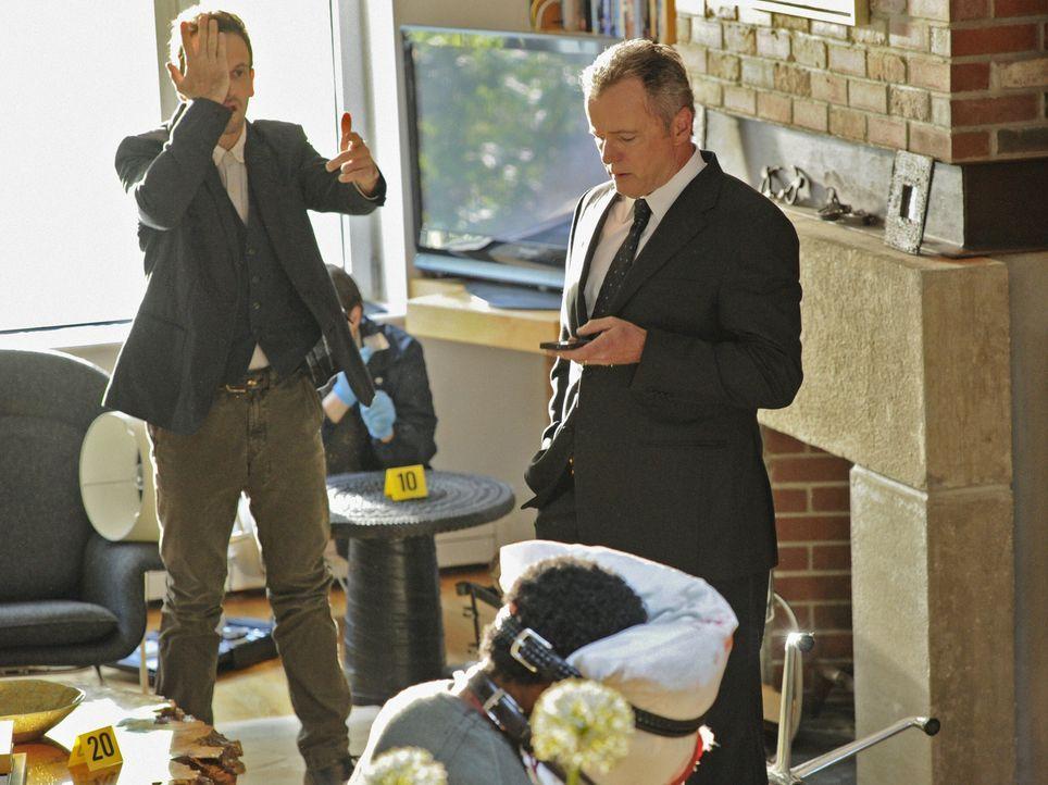 Sherlock (Jonny Lee Miller, l.) assistiert Captain Toby Gregson (Aidan Quinn, r.) bei einem Mordfall, der die gleiche Vorgehensweise wie eine Mordse... - Bildquelle: CBS Television
