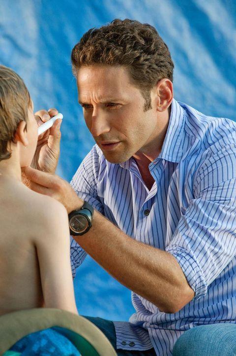 Hank (Mark Feuerstein, r.) untersucht den 7-jährigen Jake (Luke Trevisan, l.), dessen Vater glaubt, er habe vielleicht eine Allergie ... - Bildquelle: Universal Studios