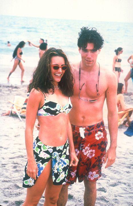 Charlotte (Kristin Davis, l.) lernt auf der Busfahrt nach Long Island den 25-jährigen Greg (Anson Mount, r.) kennen, den sie auch freudestrahlend wi... - Bildquelle: 2001 Paramount Pictures