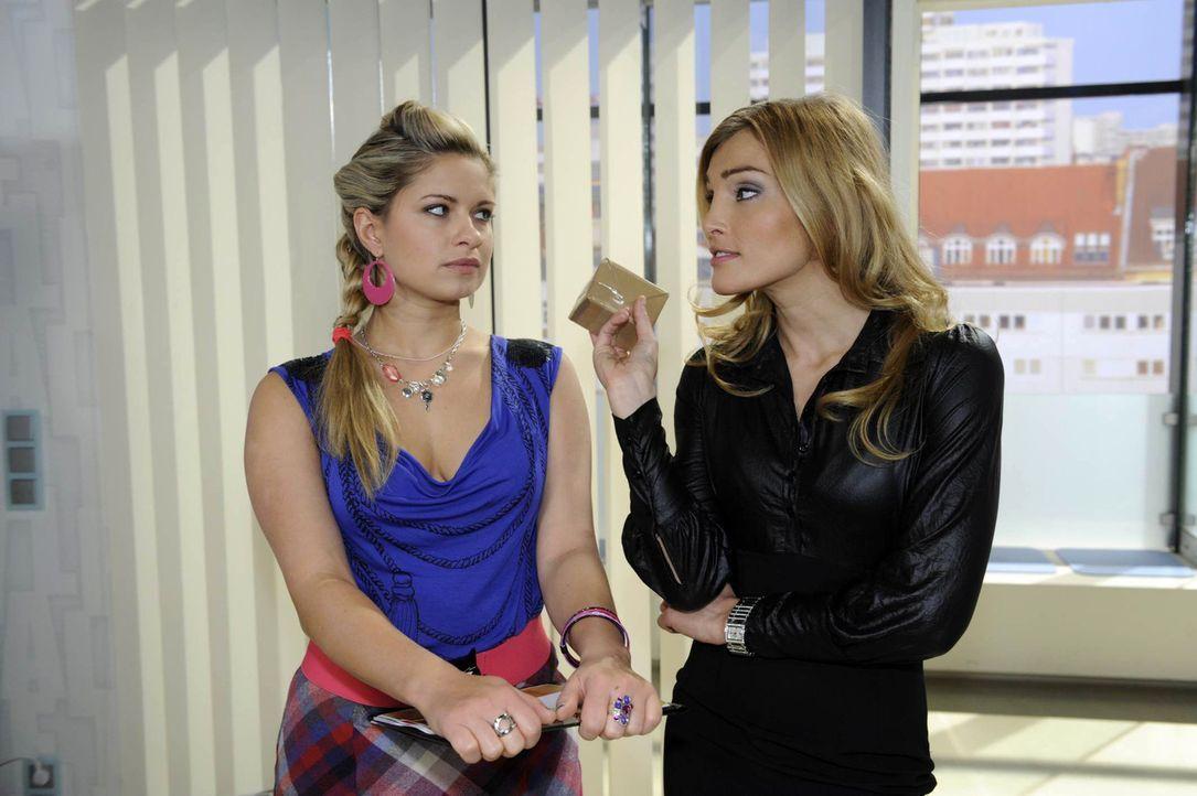 Annett (Tanja Wenzel, r.) freut sich auf ihre Verlobungsfeier mit Alexander und lässt dies Mia (Josephine Schmidt, l.) nur zu gern spüren ... - Bildquelle: SAT.1