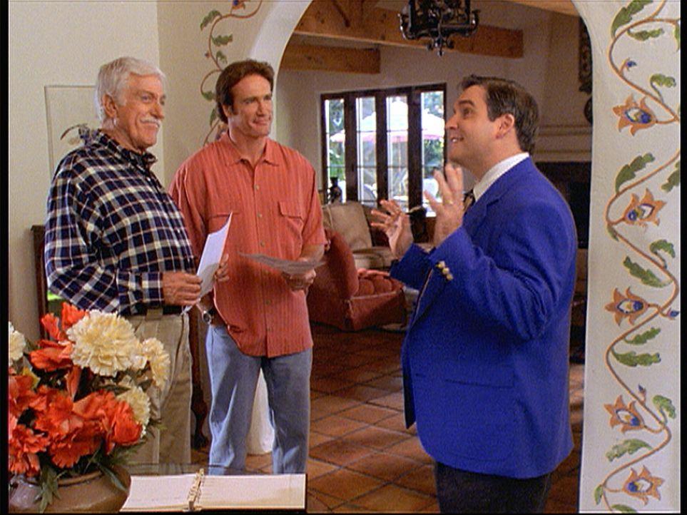 Mark (Dick Van Dyke, l.) und Steve (Barry Van Dyke, M.) amüsieren sich über den Immobilienmakler Vaughn (Skye McKenzie, r.), der das Haus in den höc... - Bildquelle: Viacom