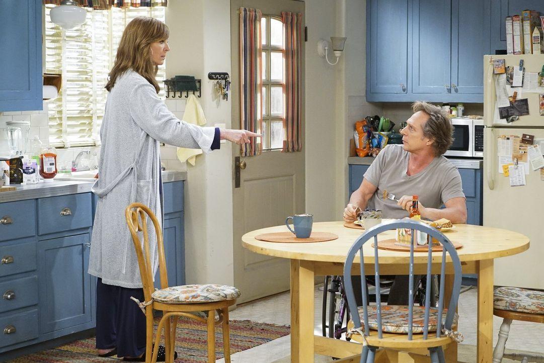 Nachdem Bonnie (Allison Janney, l.) herausfindet, dass Adam (William Fichtner, r.) und seine Ex-Frau immer noch engen Kontakt haben, steht sie völli... - Bildquelle: 2016 Warner Bros. Entertainment, Inc.