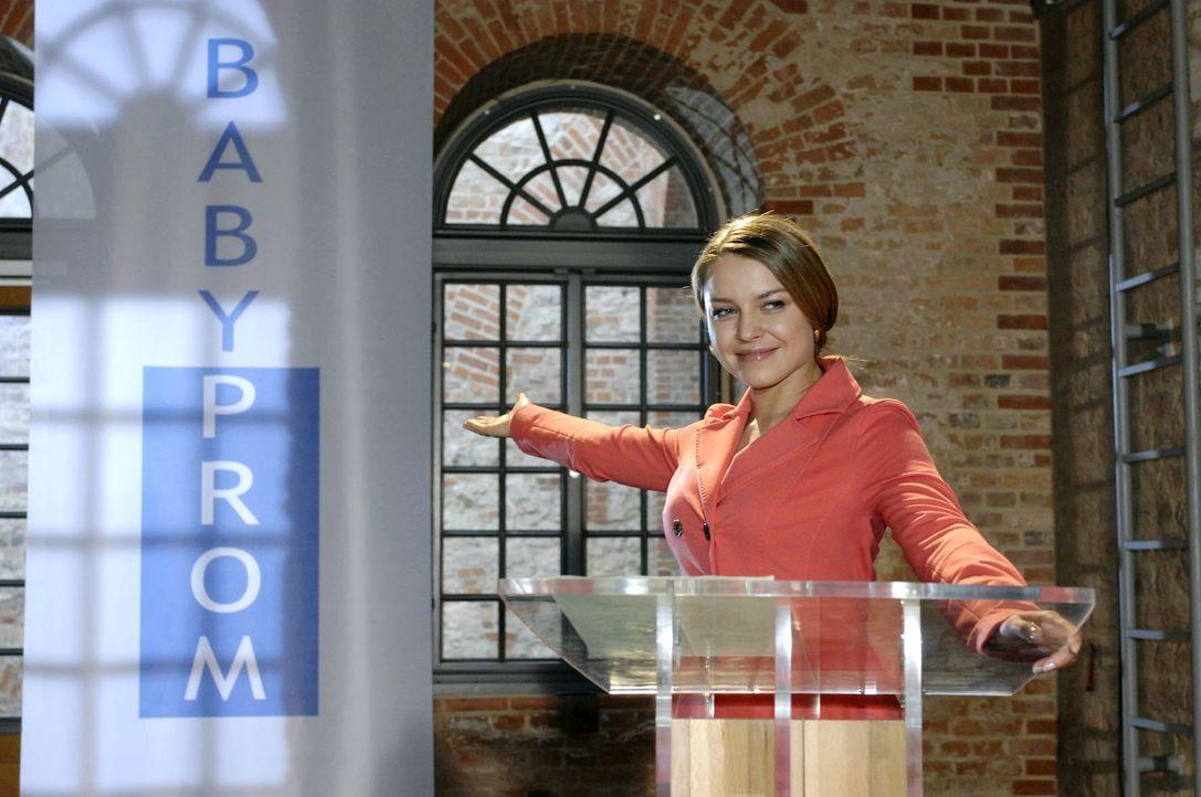 Katja (Karolina Lodyga) präsentiert die Veranstaltung von Babyprom, doch sie wird unterbrochen ... - Bildquelle: Oliver Ziebe Sat.1
