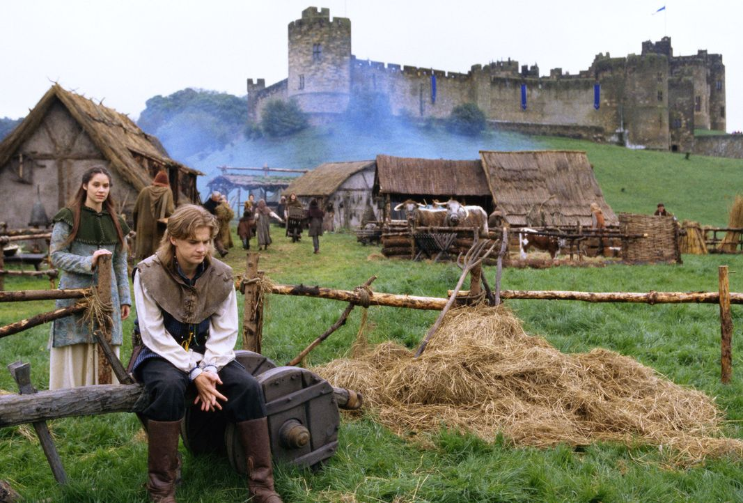 Immer wieder gerät Clarence (Simon Fenton, r.) ins Visier des bitterbösen Sir Sagramour, der einst seine Eltern ermordete ... - Bildquelle: Disney
