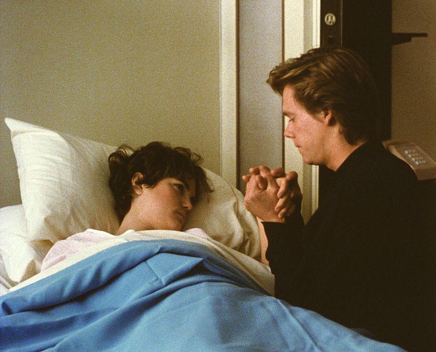 Erst die Geburt des ersehnten Kindes bringt die jungen Eltern Kristy (Elizabeth McGovern, l.) und Jake (Kevin Bacon, r.) wieder zusammen ... - Bildquelle: Paramount Pictures