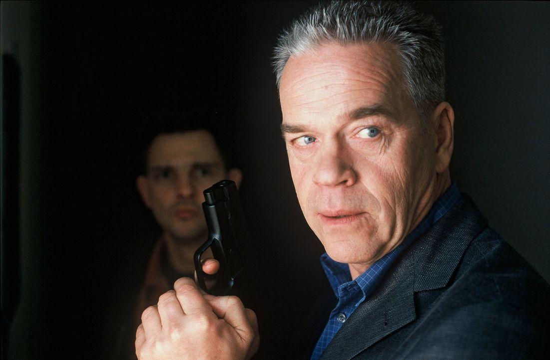 Wolff (Jürgen Heinrich, r.) und Tom (Steven Merting, l.) müssen Simone eine Falle stellen, um den Fall zu lösen ... - Bildquelle: Roland Horn Sat.1