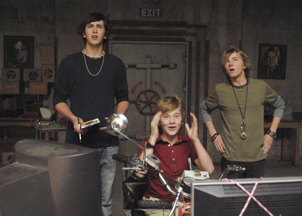 Oh, sch... - es funktioniert! Charlie (Luke Benward, M.), Virgil (Jason Dolley, r.) und Zeke (Nicholas Braun, l.) vor ihrer ersten Zeitreise ... - Bildquelle: 2007 Disney Channel