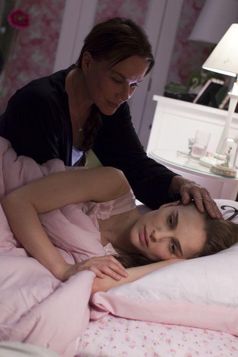Täglich trainiert die junge Nina (Natalie Portman, r.) wie eine Besessene, um den Primaballerina-Ansprüchen ihrer Mutter Erica (Barbara Hershey, l.)... - Bildquelle: 20th Century Fox