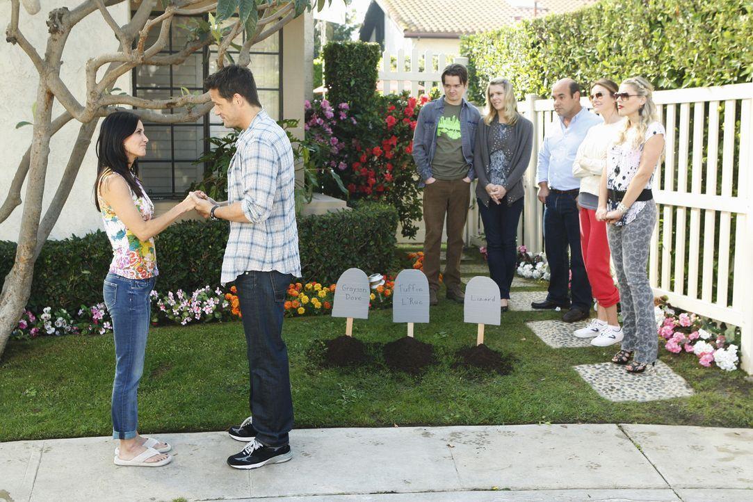 Nachdem Jules (Courteney, l.) aus Versehen mehrere Tiere getötet hat, beschließt Grayson (Josh Hopkins, 2.v.l.), im Garten einen Tierfriedhof anzu... - Bildquelle: 2010 ABC INC.