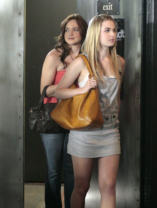 Die beiden Mädchen sind auf der Suche nach einem D.J. für den Abschlussball: Lori (April Matson, hinten) und Hillary (Chelan Simmons, vorne) ... - Bildquelle: TOUCHSTONE TELEVISION