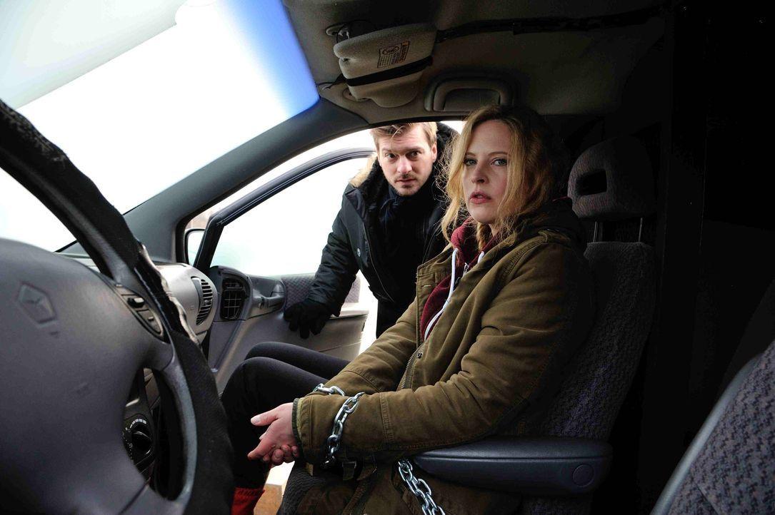 Kann Fritz (Matthi Faust, l.) Josephine (Diana Amft, r.) aus dem Auto befreien, bevor dieses viele Meter tief in die Spree stürzt? - Bildquelle: Hardy Spitz SAT.1