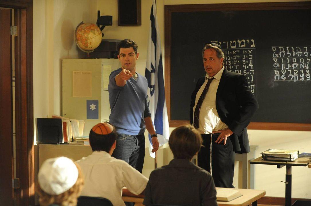 Auf der Suche nach dem Sinn des Lebens besucht Schmidt (Max Greenfield, l.) Rabbi Feiglin (Jon Lovitz, r.) ... - Bildquelle: TM &   2013 Fox and its related entities. All rights reserved.