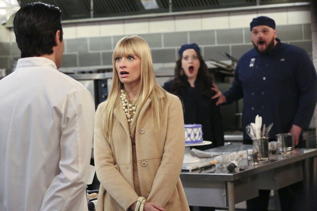 Caroline (Beth Behrs, 2.v.l.),  Max (Kat Dennings, 2.v.r.) und John (Patrick Cox, r.) sind geschockt, als sie hören, dass Nicholas (Gilles Marini, l... - Bildquelle: Warner Bros. Television