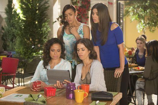 Devious Maids - Als Zoila (Judy Reyes, vorne l.), Marisol (Ana Ortiz, vorne r...