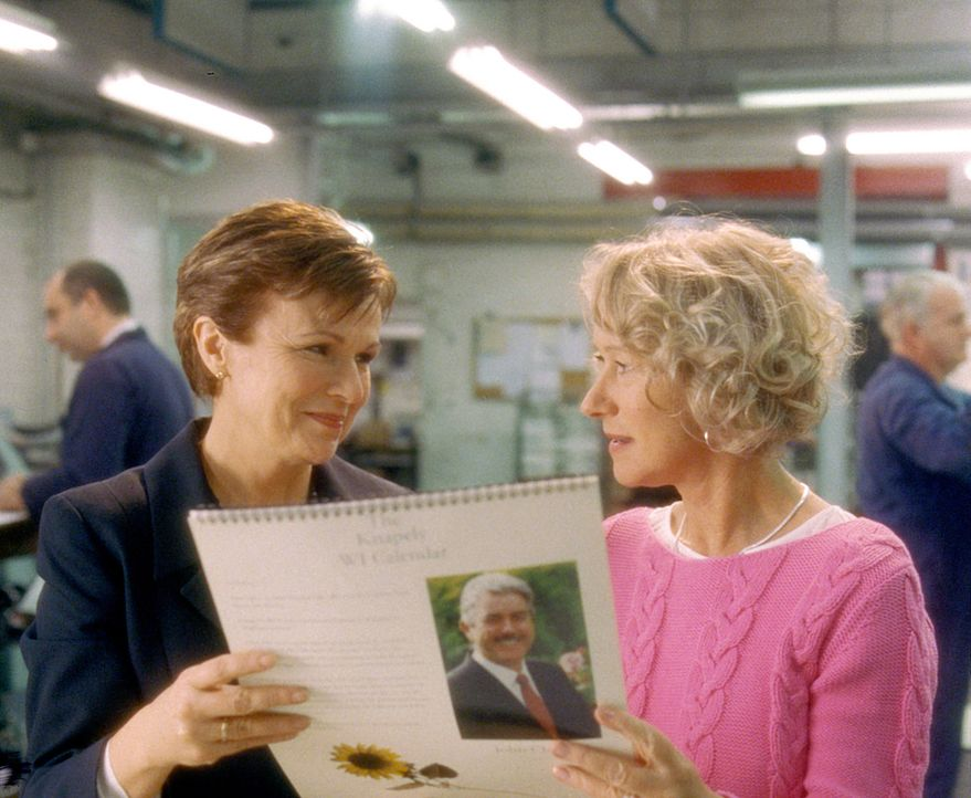 Chris (Helen Mirren, r.) und Annie (Julie Walters, l.) können es kaum glauben - sie halten das erste Exemplar ihres Kalenders in den Händen! - Bildquelle: Jamie Midgley Buena Vista Pictures Distribution /   Touchstone Pictures. All Rights Reserved.
