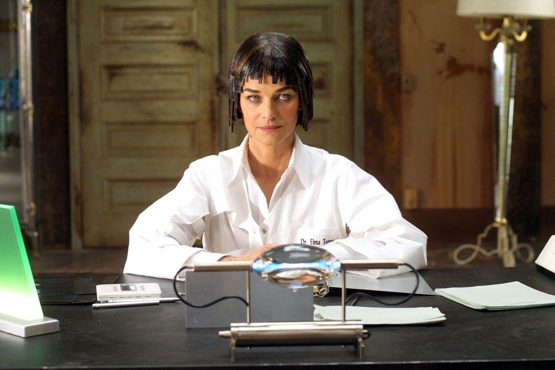 Professorin Elma Turner (Charlotte Rampling) liebt ausgefallene Versuchskaninchen … - Bildquelle: TF1 Films Productions