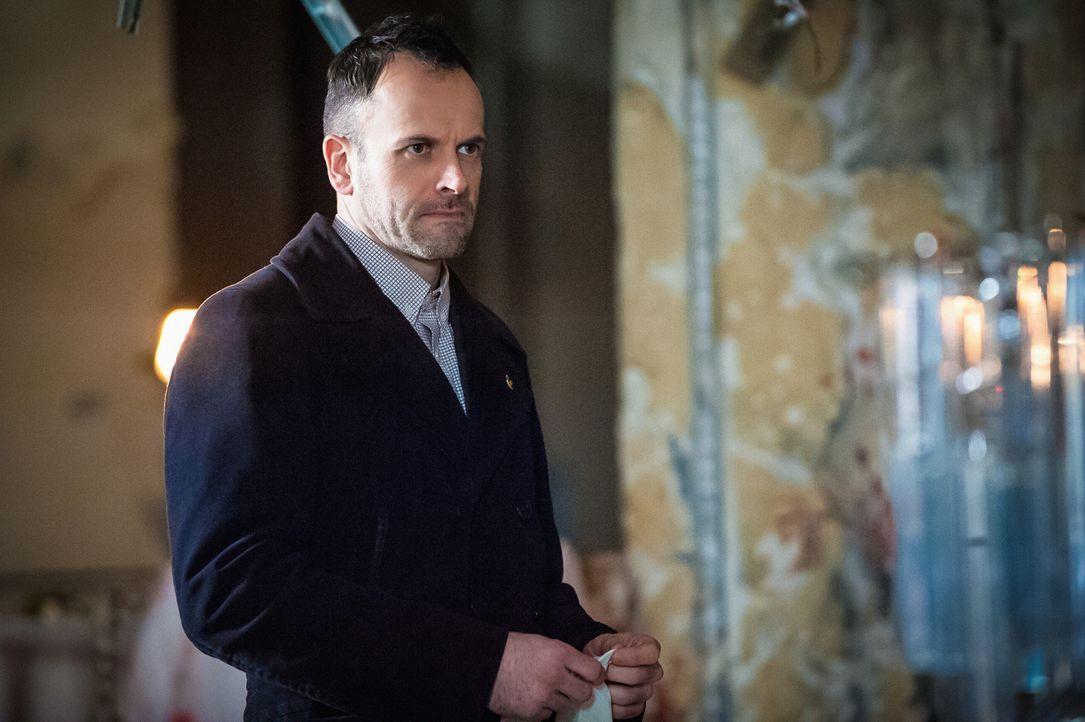 Muss damit zurechtkommen, dass ihm ein alter Kollege aus Scotland Yard-Zeiten an die Seite gestellt wird: Superhirn Sherlock Holmes (Jonny Lee Mille... - Bildquelle: CBS Television