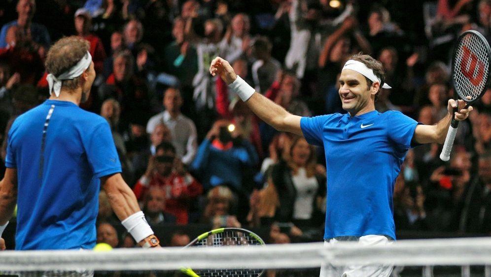 Roger Federer (r.) verneigt sich vor Rafael Nadal - Bildquelle: PIXATHLONPIXATHLONSID