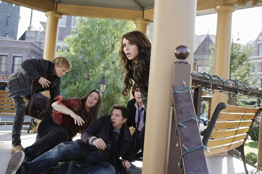 Befinden sich in großer Gefahr (v.l.n.r.): Ned (Christoph Sanders), Delia (Camryn Manheim), Eli (Jamie Kennedy), Jim (David Conrad) und Melinda (Jen... - Bildquelle: ABC Studios