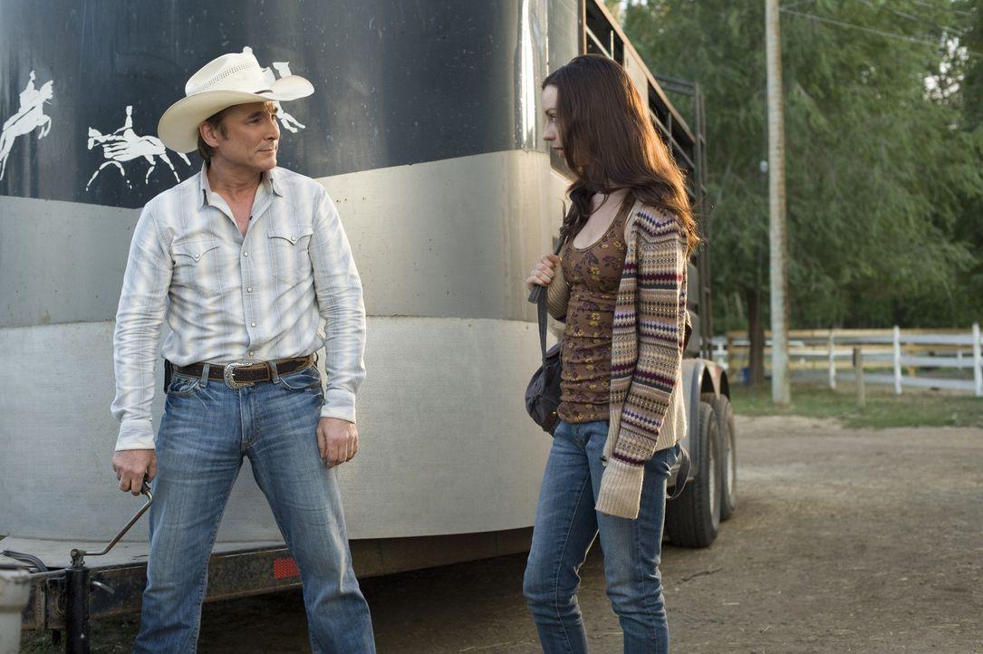 Der neue Stall- Manager Toby (Clint Black, r.) bereichert die Cherry Creek Farm mit einem neuen Mustang: Flicka. Zwischen ihm und Kelly (Kacey Rohl,... - Bildquelle: 2012 Twentieth Century Fox Film Corporation. All rights reserved.