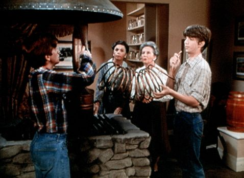 Die Waltons - Ben (Eric Scott, l.) repariert die berühmte Rezeptmaschine der...