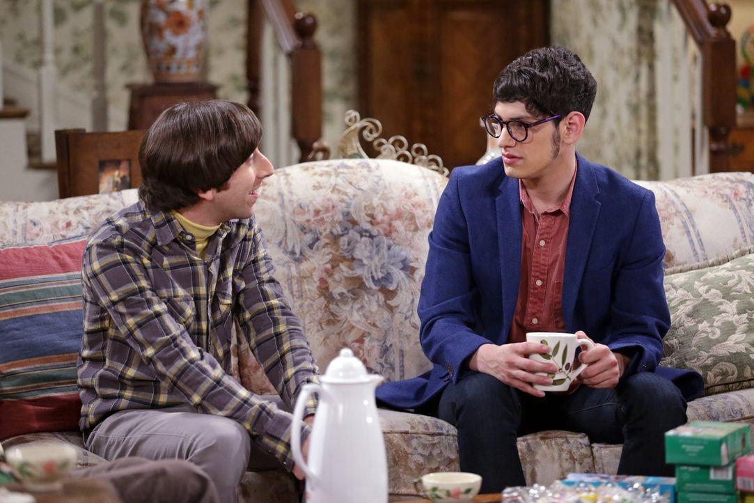 Kann Josh (Matt Bennett, r.) Howard (Simon Helberg, l.) seine wahre Identität glaubhaft erklären? - Bildquelle: Warner Bros. Television