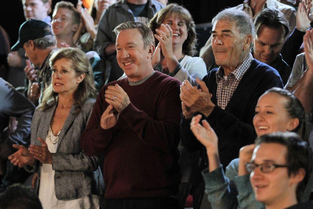 Mike (Tim Allen, M.) geht gemeinsam mit Eve und Justin zu einem Spiel der Broncos. Während Justin gerade beim Imbissstand ist, verkündet der Stadion... - Bildquelle: Tony Rivetti 2014-2015 American Broadcasting Companies.  All rights reserved.