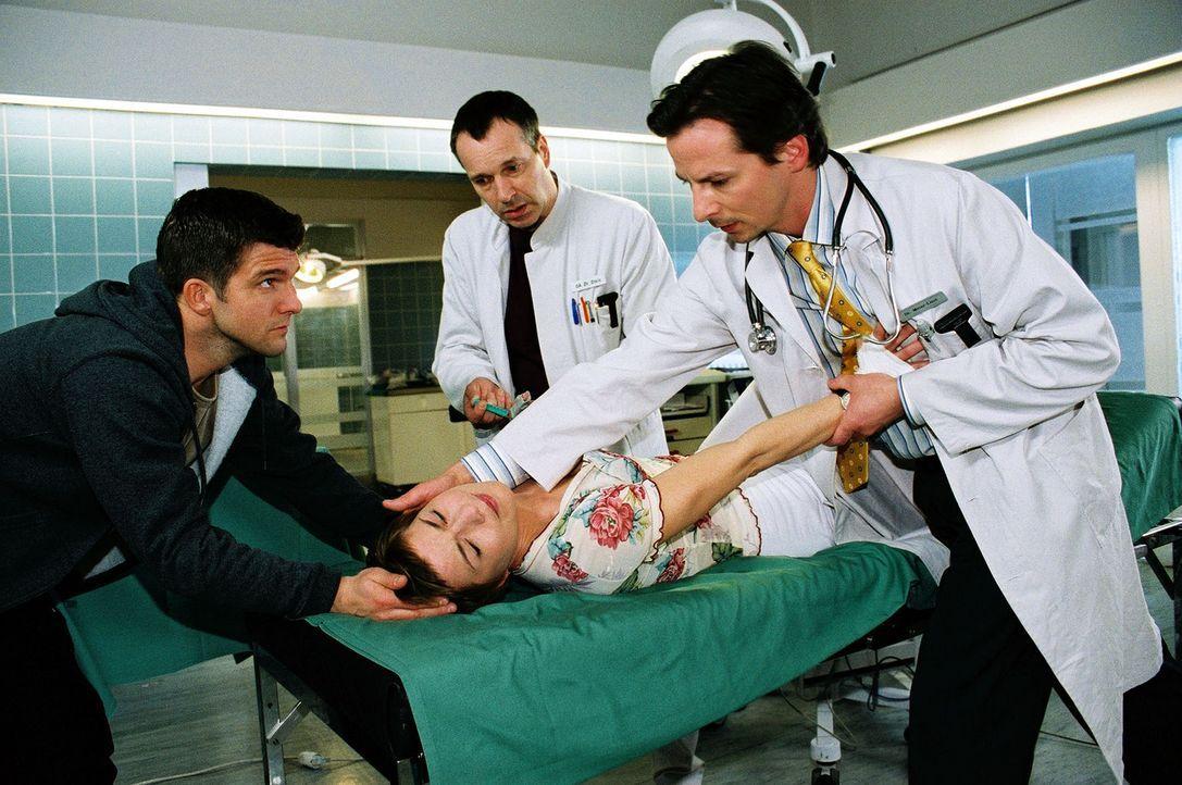 Um das Risiko einer HIV-Infektion zu minimieren, nimmt Stephanie (Claudia Schmutzler, liegend) ein Prophylaxemedikament. Doch sie reagiert auf einen... - Bildquelle: Monika Schürle Sat.1