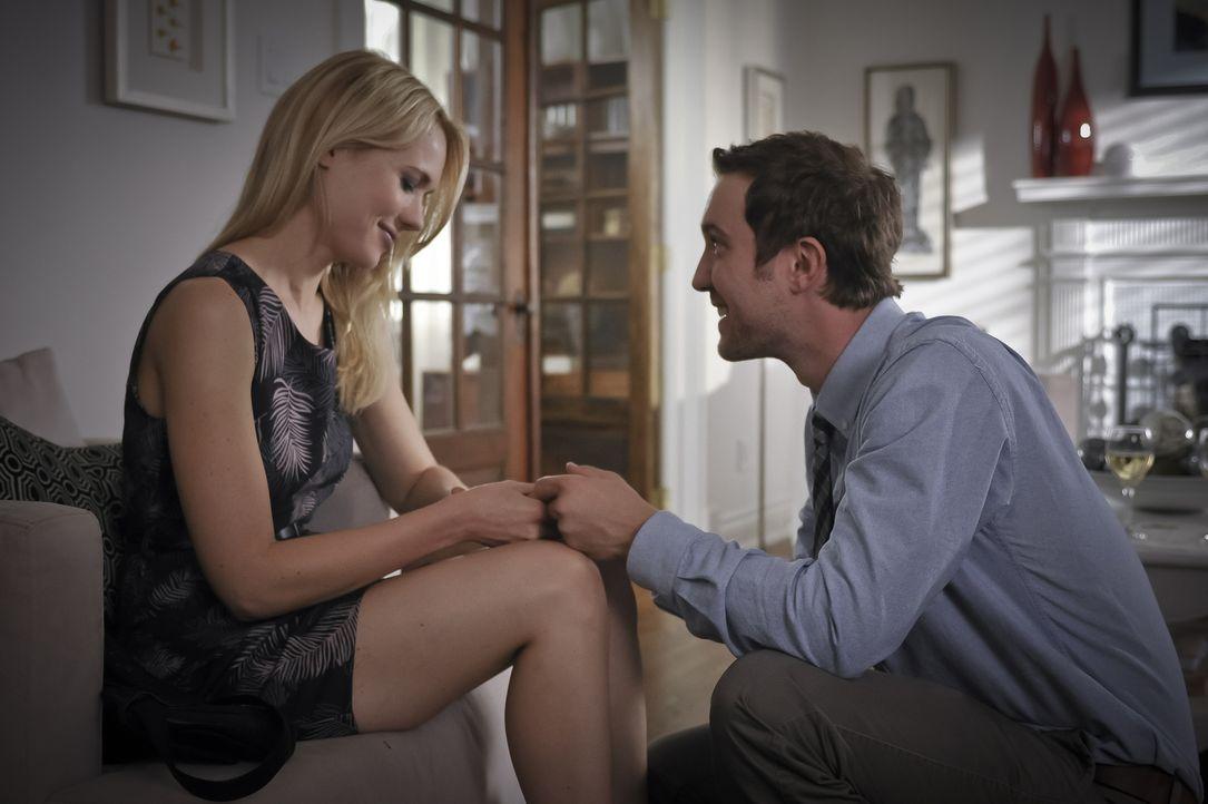 Während Josh (Sam Huntington, r.) Nora (Kristen Hager, l.) die entscheidende Frage stellt, hat Sally ein Problem, denn ihr Körper verrottet unaufhal... - Bildquelle: Phillipe Bosse 2013 B.H. 2 Productions (Muse) Inc. ALL RIGHTS RESERVED.