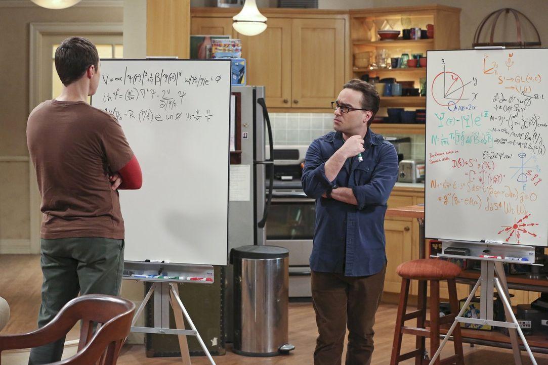Sheldon (Jim Parsons, l.) treibt Leonard (Johnny Galecki, r.) mit seinem Ohrwurm in den Wahnsinn, während Amy versucht herauszufinden, ob Dave Lust... - Bildquelle: 2015 Warner Brothers